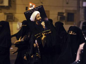 Un protestant brandit un portrait du dignitaire chiite arrêté, al-Nimr, lors d'une manifestation à Qatif le 8 juillet 2012.