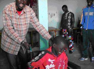 Tout heureux avec sa nouvelle chaise roulante. Pikine Guinaw Rail, Dakar 2010. ©Dr.P.Herzberger-Fofana