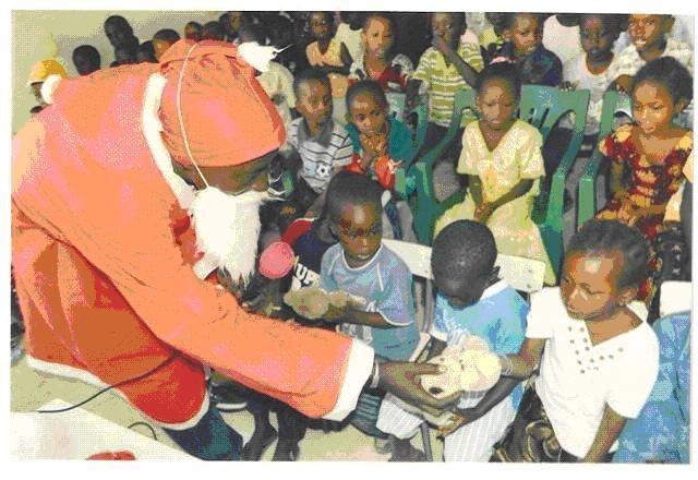Arbre de Noël au «Centre scolaire Pierrette H.Fofana » Pikine Guinaw-Rail. Dakar 6.1.2010.Ces enfants reçoivent pour la première fois de leur vie des jouets   ©Dr.P.Herzberger-Fofana