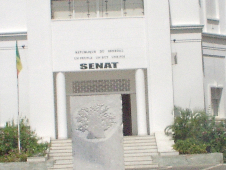 Contre la suppression du Sénat: le personnel devant les grilles du palais
