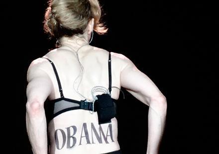 Madonna enlève le haut pour Barack Obama !