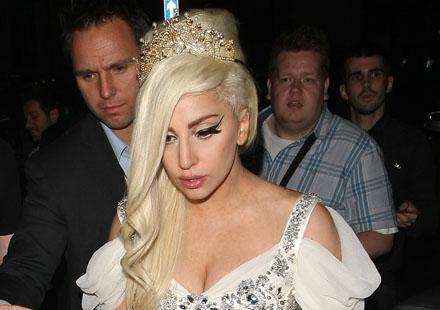 Lady GaGa se transforme en princesse pour les beaux yeux des Anglais