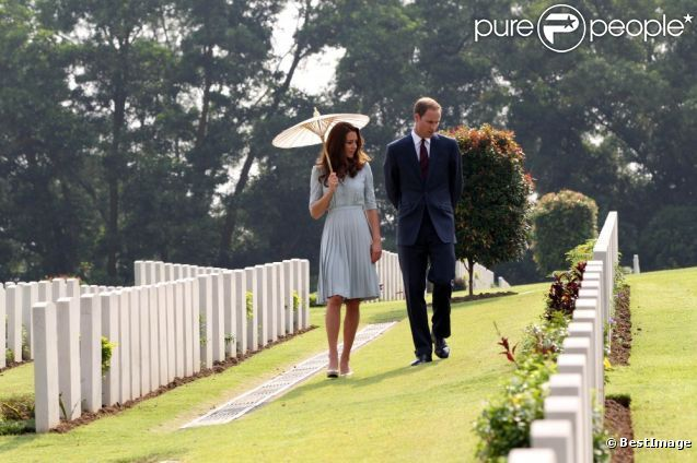 Le prince William et son épouse Kate Middleton le 13 septembre 2012 lors de la visite du Kranji Commonwealth War Cemetery à Singapour