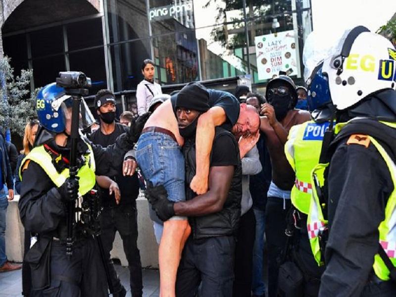 """Londres : Un manifestant d'extrême droite secouru par un homme du mouvement """"Black Lives Matter"""""""