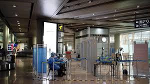 Covid-19 : Pékin maintient son niveau d'alerte, plus de 1 000 vols annulés