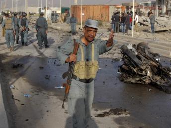 La police afghanse se déploie sur les lieux d'un attentat-suicide, le 18 septembre 2012.