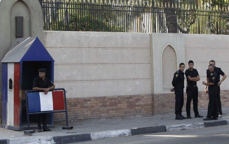 sécurité renforcée dans les ambassades de France. Au Caire des barrages sont érigés