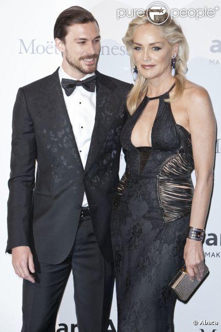 Sharon Stone et son compagnon Martin Mica lors du Gala de l'amfAR 2012 à Milan durant la Fashion Week à la Permanente, en Italie le 22 septembre 2012