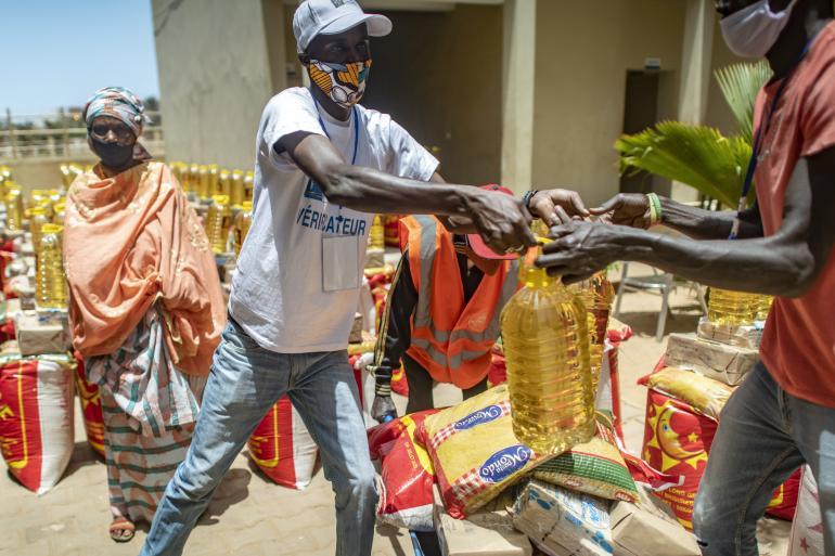 L'aide alimentaire met à nu l'extrême pauvreté des populations: les kits vendus sur les lieux de distribution par des familles dans le besoin