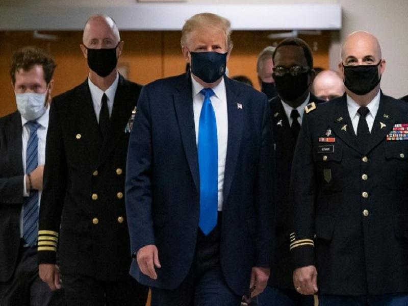 Covid-19 : Donald Trump porte un masque en public pour la première fois publiquement