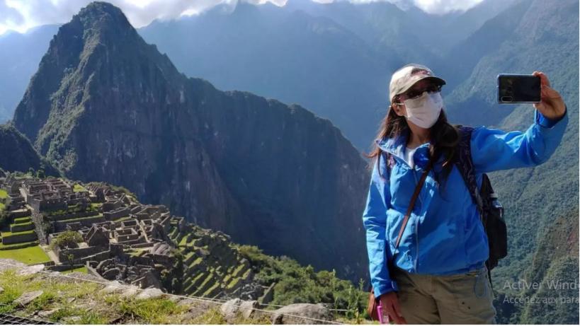 Une inspectrice du gouvernement péruvien prend un selfie près du Machu Picchu, la citadelle inca du XVe siècle, fermée aux touristes en raison du Covid-19, le 15 juin 2020. Percy HURTADO / AFP