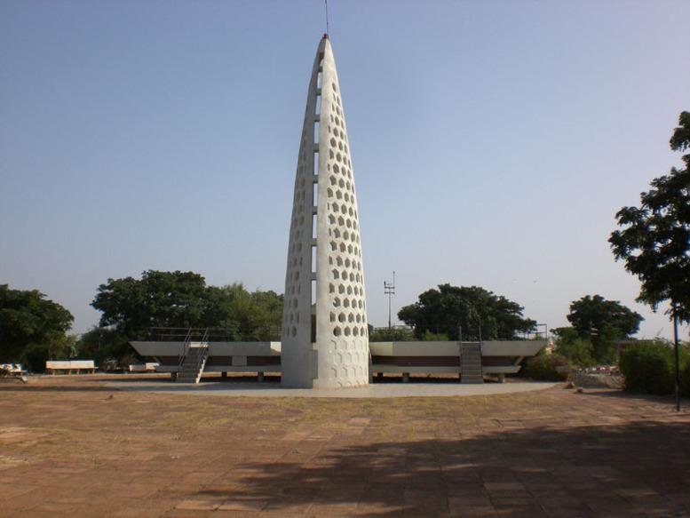 Wade a eu son monument de la renaissance Macky aura son Mémorial de Gorée  grâce à Youssou Ndour pour  8 milliards