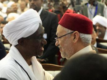 Le secrétaire général du Mouvement islamique soudanais, vice-président du Soudan Ali Osman Taha avec le leader du parti islamiste tunisien Ennahda, Rached Ghannouchi, le 15 novembre, à Khartoum.