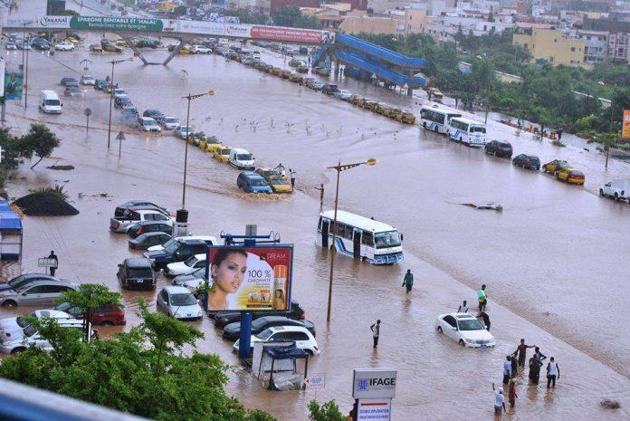 """Macky Sall demande à son gouvernement """"un rapport détaillé"""" sur la lutte contre les inondations"""