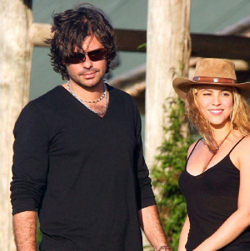 Shakira : son passé lui coûte cher ! Son ex lui réclame 100 millions $