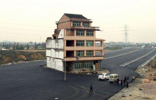Chine: refusant l'expropriation, un couple se retrouve au milieu d'une route