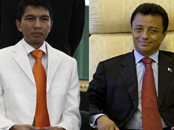 L'actuel président de la transition Andy Rajoelina (g) et l'ancien chef d'Etat Marc Ravalomanana (d).