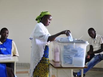Une femme glisse son bulletin de vote dans l'urne dans un bureau de vote à Ouagadougou, le 2 décembre 2012.