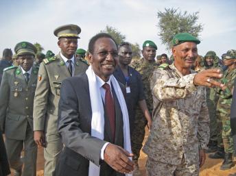 Le président de la transition malienne, Diancounda Traoré (G), le colonel malien Alhaji Ag Gamou et ses cinq cents hommes.