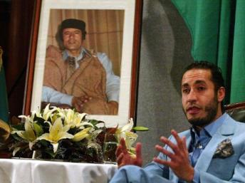 Saadi Kadhafi posant devant le portrait de son père