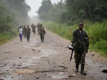 Le 28 juillet 2012, en RDC, près de Mabenga. Un combattant rebelle du M23 sillonne cette route du Nord-Kivu, vaste région frontalière avec le Rwanda. AFP PHOTO/ PHIL MOORE