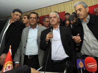 Le secrétaire général de l'UGTT, Houcine Abassi (Centre) annonce l'annulation de la grève à Tunis, le 12 décembre 2012. AFP PHOTO/FEHTI BELAID