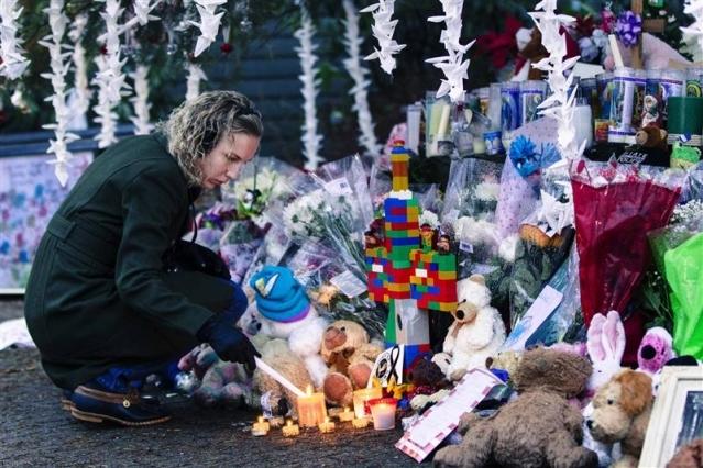 Fusillade de Newtown: les funérailles commencent et l'école reprend