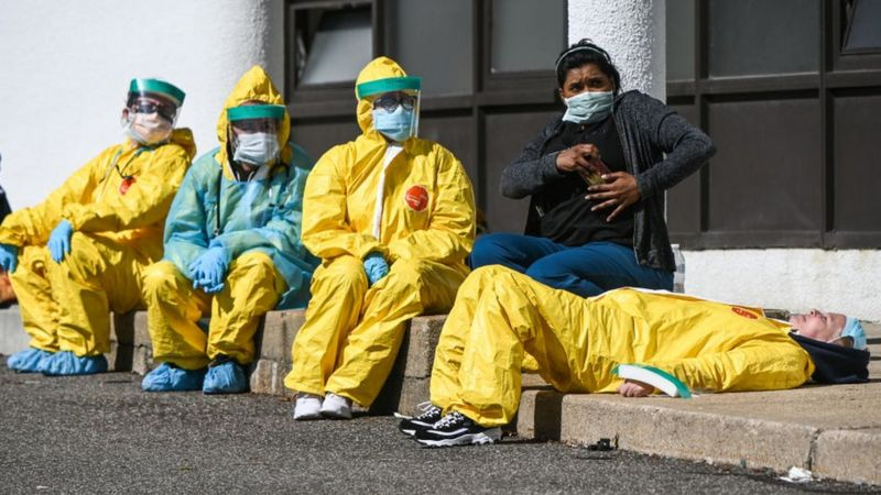 Coronavirus : qu'est-ce que la charge virale et pourquoi met-elle en danger les agents de santé ?