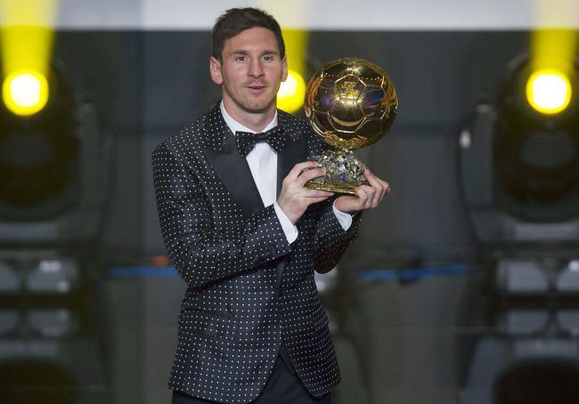 Lionel Messi assume son célèbre costume Dolce & Gabbana