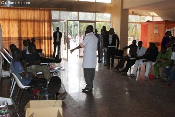 A Bamako, Maliens et étrangers donnent leur sang pour les soldats