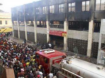 Un incendie a ravagé le principal marché de Lomé, au Togo, le 12 janvier 2013. REUTERS/Noel Kokou Tadegnon
