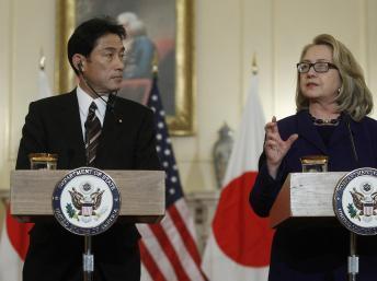 Hillary Clinton et son homologue japonais Fumio Kishida, le 18 janvier à Washington. REUTERS/Gary Cameron