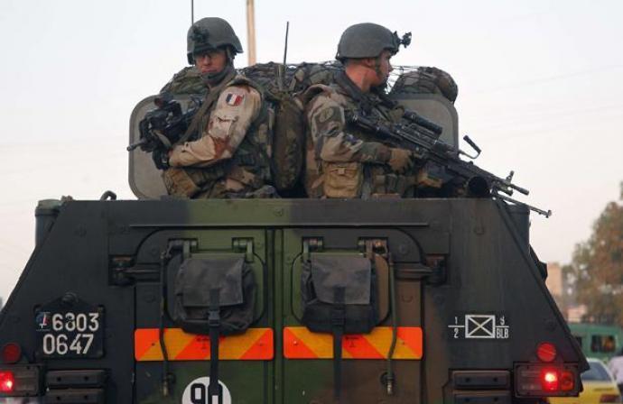 Mali: les forces africaines et françaises se déploient sur deux fronts