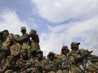 Rebelles du M23 lors de leur retrait de Saké, à 42 Km de Goma (RDC), le 30 novembre 2012. REUTERS/James Akena