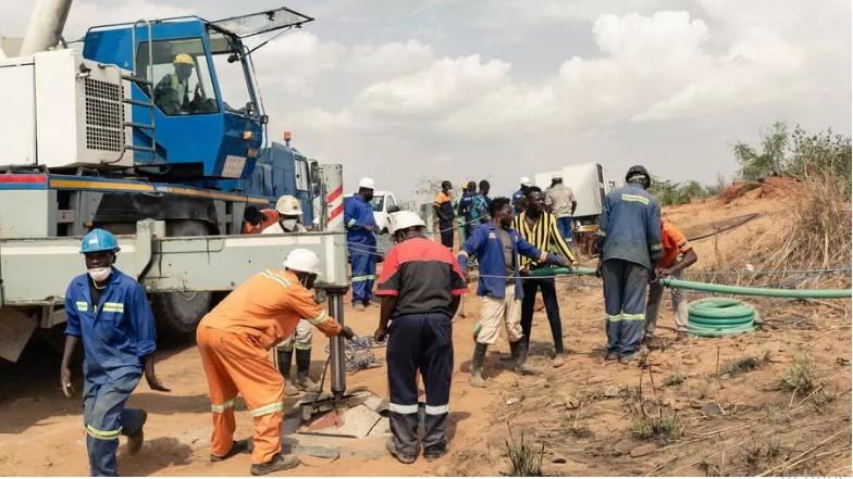 Les sauveteurs s'activent pour venir en aide aux 40 mineurs pris au piège après l'effondrement d'une mine, le 27 novembre 2020, au Zimbabwe. Jekesai NJIKIZANA AFP