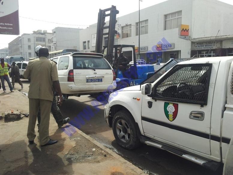 DIAPO Film du désencombrement des rues de Dakar: des véhicules et scooters en bon état emportés