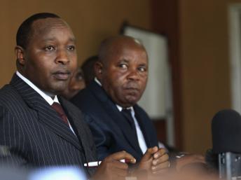 Le chef de la délégation du M23 à Kampala, François Rucogoza (g),le 8 janvier 2013. REUTERS/James Akena