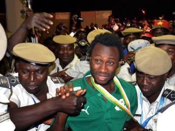 Jonathan Pitroipa, nommé meilleur joueur du tournoi, à son arrivée à Ouagadougou, le 11 février 2013. AFP PHOTO AHMED OUOBA