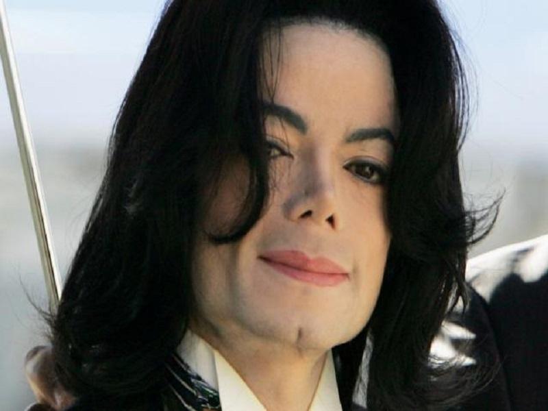 L'autopsie pénible de Michael Jackson - tatouages étranges, cicatrices et perruque collée