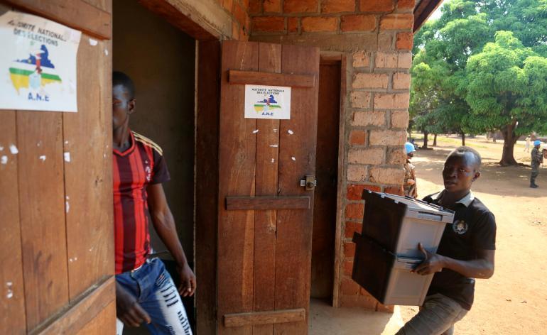 Élections en Centrafrique: l'engouement troublé par des dysfonctionnements et des violences