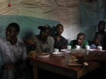 Dans un restaurant de quartier, les clients avaint les yeux rivés sur la télévision qui égrènaient les résultats, le 9 mars.