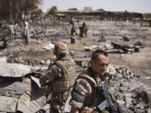 Des Français déployés à l'endroit où se trouvait le marché principal de Gao, détruit lors de combats entre jihadistes et forces françaises quelques jours plus tôt. Photo: 2 mars 2013.