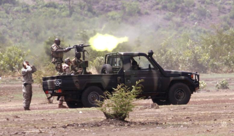 Des soldats maliens patrouillent dans Kadji, le 1er mars 2013.