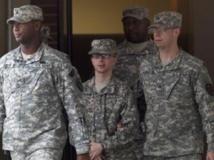 L'ex-soldat Bradley Manning encadré par la police militaire, à la sortie du tribunal dans le Maryland, le 21 décembre 2011.