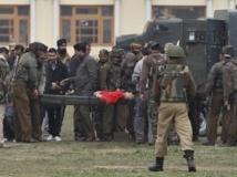 Les forces de sécurité évacuent le corps de l'un des assaillants après la fusillade de Srinagar, le 13 mars 2013.