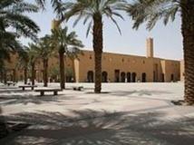 La place Dira, à Riyad, connu localement sous le nom de « place coupe-coupe », est le lieu public des décapitations.