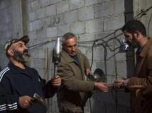 Des combattants de l'Armée syrienne libre, avec des bombes artisanales, à Deir al-Zor, le 8 mars 2013.