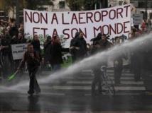 Les manifestants sont aspergés par les canons à eau de la police lors de la marche contre l'aéroport, à Nantes, en novembre 2012.