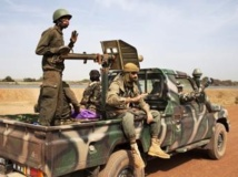 Des soldats maliens dans un pick-up de l'armée malienne à Diabaly, le 26 janvier.