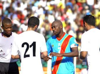 Le Congolais Youssouf Mulumbu entre deux joueurs libyens. AFP PHOTO / JUNIOR D. KANNAH
